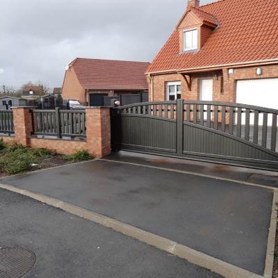 Portail autoporté avec clôture associée