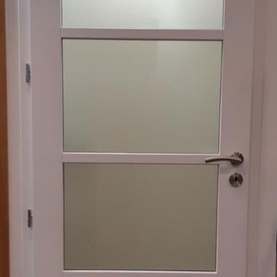 Porte Cométe coloris blanc satin avec vitrage dépoli