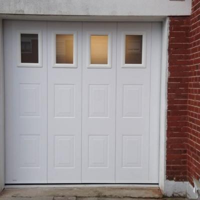Porte de garage déplacement latéral avec hublots double vitrage
