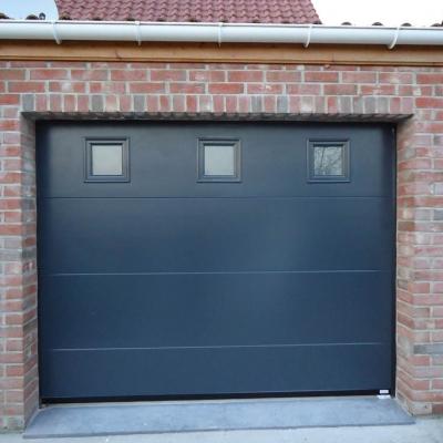Porte de garage sectionnelle lisse 7016 avec hublots carré